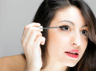 Cześć dziewczyny! W dzisiejszym poście przeczytacie o prawidłowym blendowaniu cieni do powiek. Jak wiecie makijaż oczu jest bardzo ważny dla każdej dziewczyny. Dzięki niemu możecie w mig odmienić swój wygląd, z makijażu dziennego przejść na wieczorowy, optycznie powiększyć lub pomniejszyć oczy. Zaczynamy! Nie stosujesz kosmetyku bazowego Żeby cienie utrzymały się, na powieki musisz nanieść kosmetyk […]