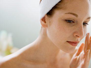 Cześć dziewczyny! Czy wiecie, co w pielęgnacji twarzy jest najważniejsze? Nie, nie są to markowe kosmetyki. Wymyślnych gadżetów kosmetycznych też nie potrzebujemy. Żeby mieć ładną i zdrową cerę, wystarczy, że określicie jej pH, a następnie uregulujecie jego poziom. Jak to zrobić? W tym poście przygotowałam rozpiskę, która pomoże Wam wypielęgnować twarz. Zacznijmy od kwasowości skóry, […]