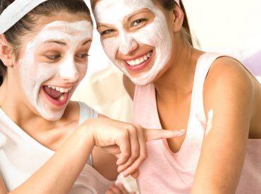 Siema! Co zrobić, żeby ładnie wyglądać? Wystarczy, że każdego ranka poświęcisz cerze około 5 minut na masaż i pielęgnację. Sprawdźcie, jakich metod używam, jak ćwiczę mięśnie twarzy i jakie produkty stosuję. Zapraszam do lektury. Po pierwsze, masaż twarzy Najlepsze jest to, że skórę twarzy można masować siedząc w łóżku pod ciepłą kołderką. Dobrze wyćwiczone mięśnie […]