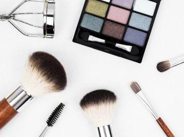 Cześć dziewczyny! Nawet nie zdajecie sobie sprawy, jak wiele błędów urodowych popełniacie. Jeżeli nie dbacie o swoją skórę tak, jak powinno się to robić, to po pewnym czasie zobaczycie tego skutki. Trądzik, zmarszczki, podrażnienia i inne niedoskonałości. Sprawdźcie, jak poprawnie dbać o cerę. Nie śpij w makijażu Przecież to takie niehigieniczne. Makijaż odbija się na […]