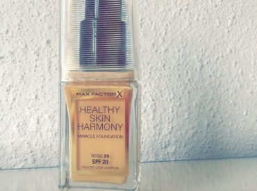 Cześć! Niedawno do sprzedaży trafił podkład Healthy Skin Harmony Miracle. Jest kosmetykiem wielofunkcyjnym, ale czy skutecznym? Przeczytajcie moją recenzję, a będziecie wiedzieć, czy nowy kosmetyk od Max Factor jest wart waszej uwagi. Healthy Skin Harmony Miracle – podkład wielofunkcyjny Podkład od Max Factor nie tylko pozwala stworzyć makijaż, lecz spełnia także wiele innych zadań. Po […]