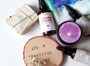 A gdyby tak połączyć demakijaż z pielęgnacją? Dzisiaj chciałabym wam opowiedzieć o OCM – Oil Cleansing Method. Co to jest? Jak zrobić demakijaż olejami? Jakie olejki wybierać do oczyszczania? Jeśli szukacie odpowiedzi na te pytania, czytajcie 🙂 Demakijaż twarzy olejami (OCM) to sposób na skuteczne usunięciu makijażu i zanieczyszczeń z twarzy. Opiera się na zasadzie, […]