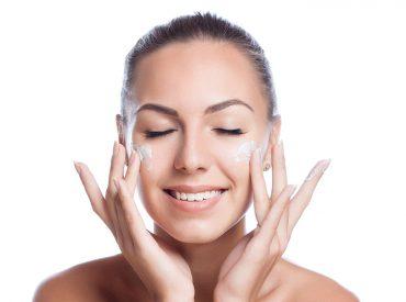 Cześć dziewczyny! Wcale nie jest tak łatwo zadbać o cerę. Kosmetyki, gadżety do makijażu u pielęgnacji, wizyty w salonie kosmetycznym, ochrona UV, … Naprawdę sporo tego. Jednak mój sposób jest zupełnie inny. Sprawdźcie, co zrobić, jeśli chciałybyście zostać minimalistkami i mistrzyniami w pielęgnacji cery. Moja urodowa rutyna Zacznijmy od… drinków. Kilka razy w tygodniu wypijam […]