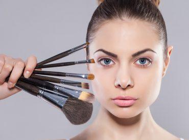 Cześć! Wszystkie chcemy, żeby nasze buzie były piękne i idealnie pomalowane. Używamy najlepszych podkładów i super trwałych pudrów, wydłużających rzęsy maskar, cieni do powiek znanych marek. W perfekcyjnym makijażu ważne są także kosmetyki do konturowania twarzy. Jeżeli już takie masz, to naucz się ich używać. Sprawdź, jakich błędów w modelowaniu twarzy nie popełniać. Czym jest […]