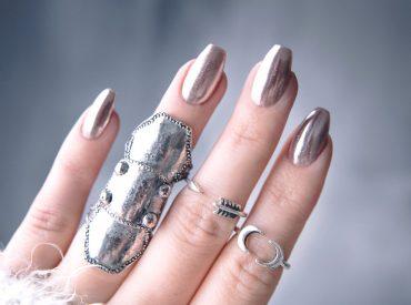 Na jakiś czas rezygnuję z hybryd. Zniszczyły mi paznokcie i teraz rozpoczęłam akcję regenerację, dzięki której – mam taką nadzieję – już niedługo moje paznokcie wrócą do stanu sprzed noszenia hybryd. A tymczasem sięgam po tradycyjny lakier do paznokci, żeby przykryć białe odbarwienia pozostawione przez hybrydę. Przy okazji podpowiem wam, jak malować paznokcie, żeby efekt […]