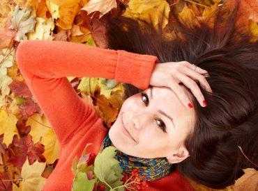 Cześć! Wypadanie włosów jesienią to normalna rzecz. Związana jest z porą roku, mniej bogatą dietą w witaminy i minerały, brakiem słońca i ruchu na świeżym powietrzu. Normą jest utrata od 50 do 100 włosów dziennie. Problem zaczyna się wtedy, gdy włosy wypadają garściami. Jeżeli chcesz tego uniknąć, to naucz się jesiennej pielęgnacji swojej czupryny. Czemu […]
