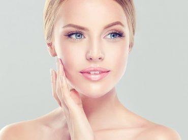Cześć! Czy idealny składnik kremów istnieje? W końcu tyle słyszy się o formułach mogących zdziałać cuda, nowoczesnych składnikach stworzonych w laboratoriach, zaawansowanych pracach nad kosmetykami przyszłości poprawiającymi kondycję skóry. Tylko po co to wszystko, skoro według wielu kobiet najlepszym składnikiem pielęgnującym cerę jest witamina A i jej pochodne, w tym retinol. Sprawdźmy, czy to rzeczywiście […]