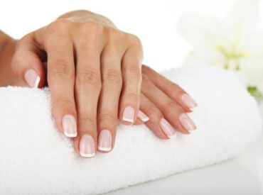Na pewno każda z Was wie, jak wygląda francuski manicure. To opiłowane paznokcie pomalowane dwoma lakierami: końcówki wystające poza opuszki palców ‒ kryjącym białym, a całe płytki ‒ transparentnym w odcieniu różu lub beżu. Ale jak zrobić francuski manicure? Jakie akcesoria są do tego niezbędne, a jakie przydatne? Oto jak ja robię francuski manicure krok […]