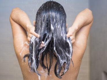 Cześć! O toniku micelarnym wiemy chyba już wszystko. Ale czy wystarczająco informacji mamy na temat szamponu micelarnego? Jeżeli słyszysz tę nazwę po raz pierwszy, to przeczytaj mój tekst, a wszystkiego się dowiesz. Poznasz działanie, właściwości i stosowanie szamponu micelarnego. Co to jest szampon micelarny? Szampony micelarne to kosmetyki oparte o działanie naturalnych składników i specjalnych […]
