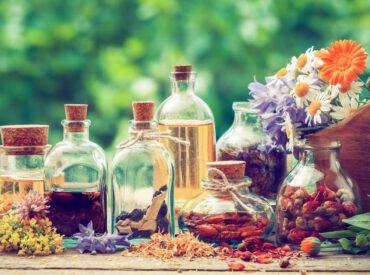 Cześć! Na rynku kosmetycznym znajduje się wiele kosmetyków, które zawierają naturalne składniki, w tym olejki. Niektóre z nich z powodzeniem znajdują zastosowanie w jesiennej i zimowej pielęgnacji. Które olejki najlepiej sprawdzą się u ciebie? Olej ze słodkich migdałów To olejek suchy z zawartością witamin A, B, D i E, minerałów i nienasyconych kwasów tłuszczowych. Jest […]