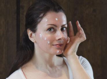 Czy nie macie czasami wrażenia, że wasze kosmetyki zużywają się za szybko, a skóra jest obciążona? Wiem, dlaczego tak jest! Odpowiedzią jest mikrodozowanie, które świat kosmetyczny odkrył dopiero niedawno. To tzw. technika 13 kropek, dzięki której łatwiej znaleźć złoty środek w pielęgnacji skóry i ilości stosowanych kosmetyków. O co w niej chodzi? Dlaczego może odmienić […]
