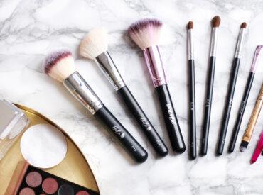 Perfekcyjny makijaż można zrobić samodzielnie, jeżeli tylko do jego wykonania wybierzesz odpowiednie pędzle. To najważniejsze, jeżeli pragniesz, aby Twój makijaż był precyzyjny i olśniewający. Które pędzle do makijażu wybrać? Możesz używać tańszych kosmetyków, ale na pędzlach do makijażu nie warto oszczędzać. Odpowiednia narzędzia do wykonania makijażu to połowa sukcesu. Puder Większość kobiet używa pudru, a […]