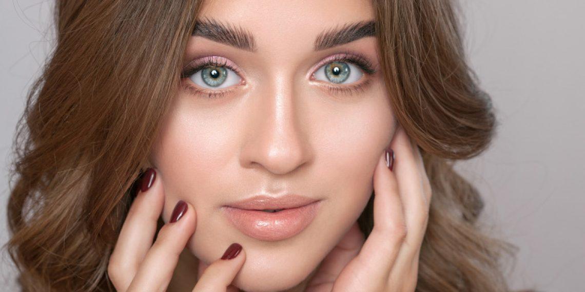 Naturalny makijaż: jak wykonać make-up, który chroni i pielęgnuje skórę?